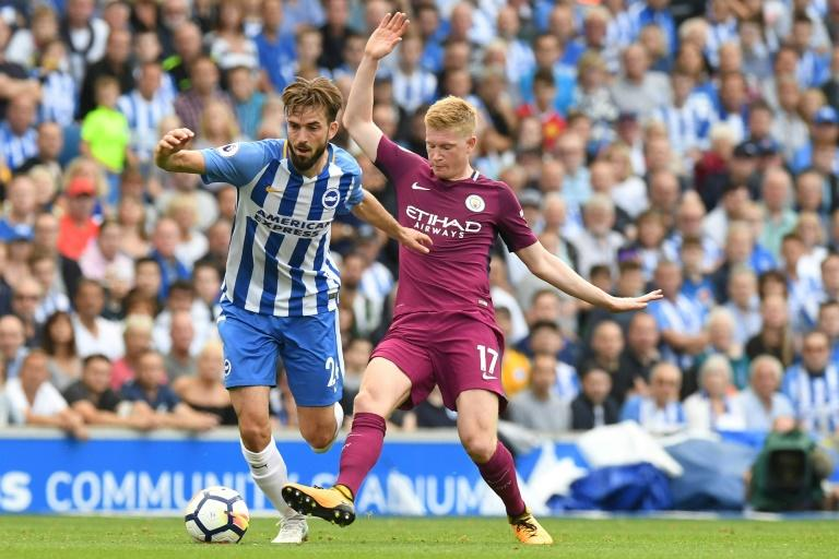 Brighton's Dutch midfielder Davy Propper (L) vies with Manchester City's Belgian midfielder Kevin De Bruyne during the English Premier League football match between Brighton and Hove Albion and Manchester City on August 12, 2017