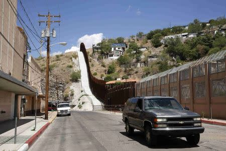 A steel border fence separates Nogales, Arizona, from its sister city in Sonora, Mexico, June 25, 2014. REUTERS/Nancy Wiechec