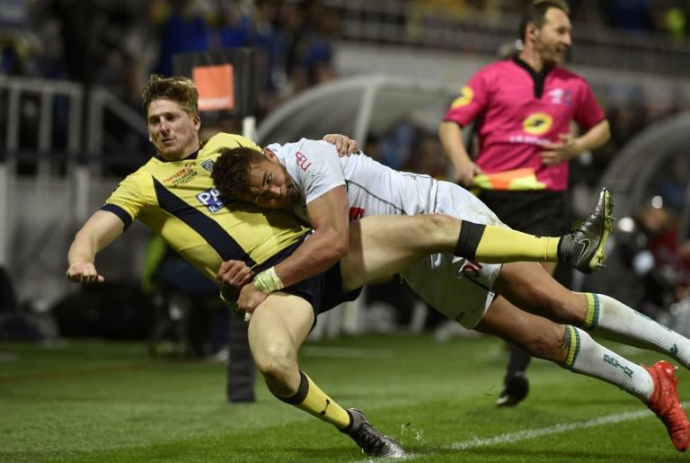 Clermont's winger David Strettle (L) vies with Pau's centre Jale Vatubua during the French Top 14 rugby match March 18, 2017