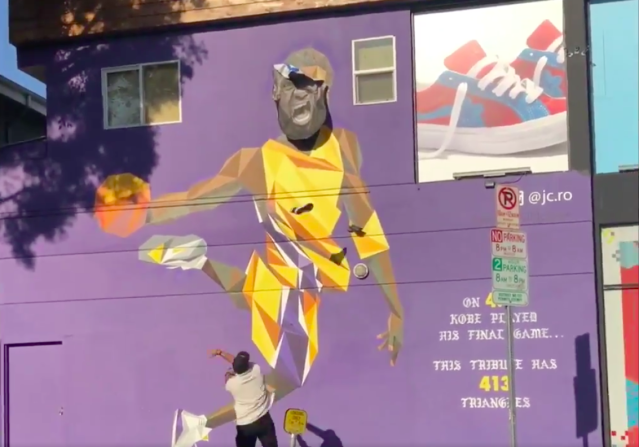 This Lakers fan wouldn't stand for LeBron James' face on Kobe Bryant's mural. (Screenshot via @andoneperez on Twitter)