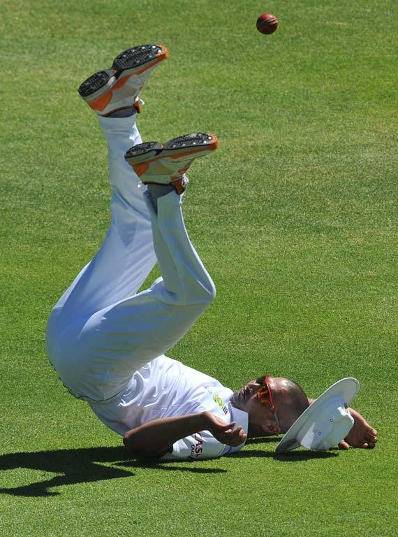 CAPE TOWN, SOUTH AFRICA - JANUARY 06:  Alviro Petersen of South Africa drops a catch during day 4 of the 3rd Sunfoil Test match between South Africa and Sri Lanka at Sahara Park Newlands on January 06, 2012 in Cape Town, South Africa. (Photo by Duif du Toit/Gallo Images/Getty Images)