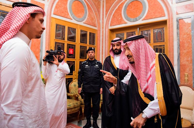 King Salam (right) speaks to Salah Khashoggi during the photo op. (Photo: ASSOCIATED PRESS)