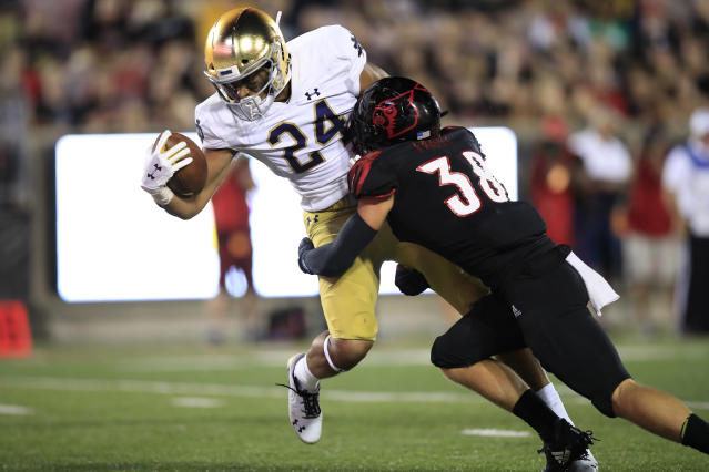 """<a class=""""link rapid-noclick-resp"""" href=""""/ncaaf/players/294421/"""" data-ylk=""""slk:Tommy Tremble"""">Tommy Tremble</a> scores against Louisville in Notre Dame's 35-17 win. (Photo by Andy Lyons/Getty Images)"""