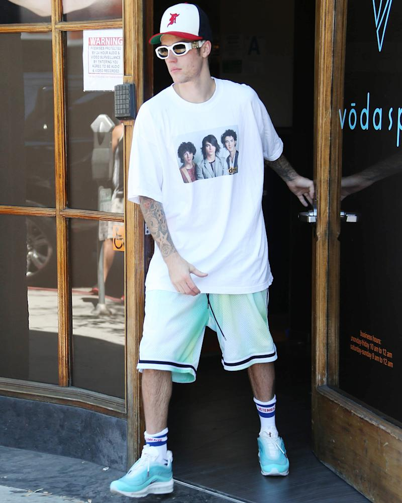 Justin Bieber in a Jonas Brothers T-shirt: Game recognize game.