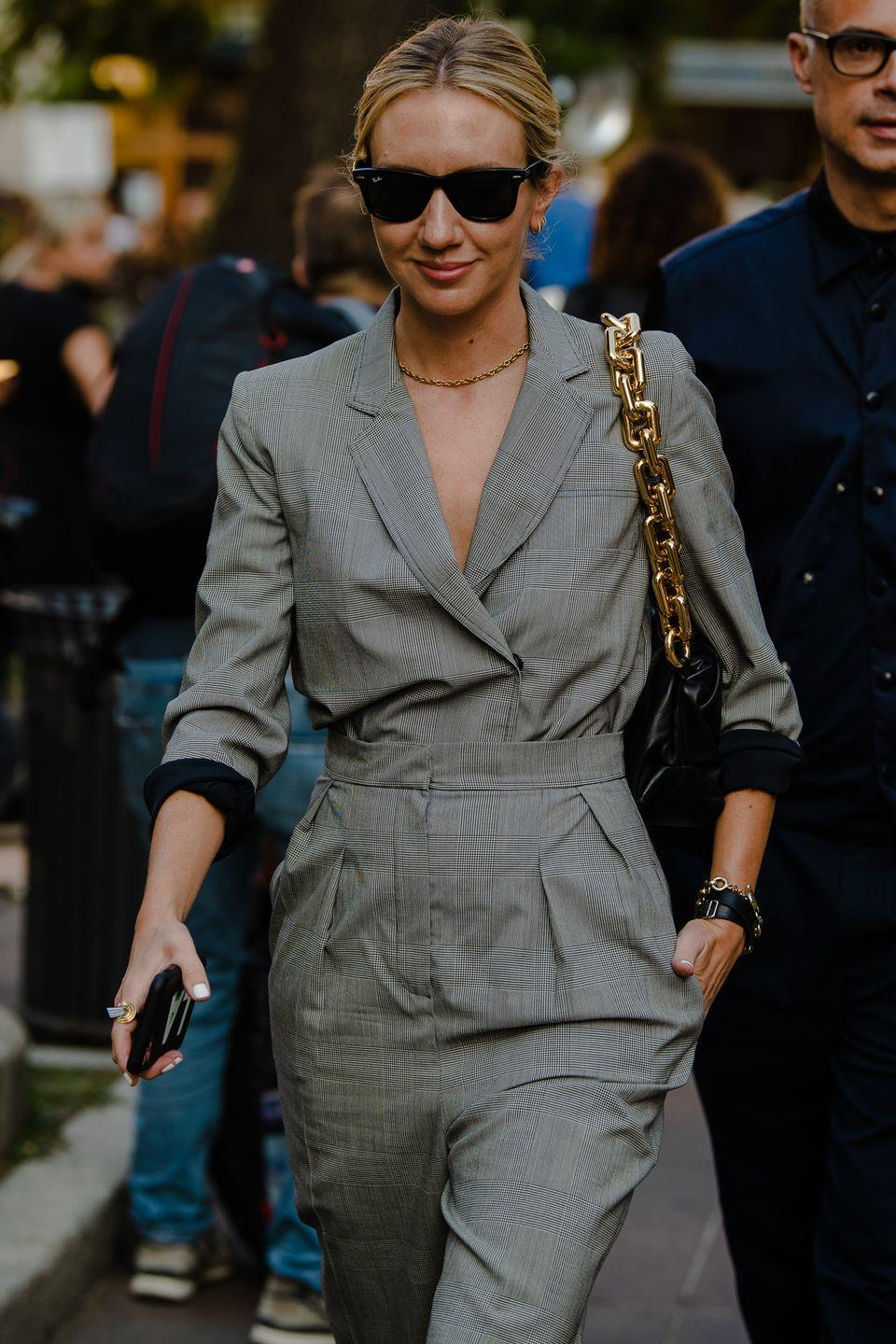 <p>Lisa tucks her jacket for an inspired suit moment.</p>