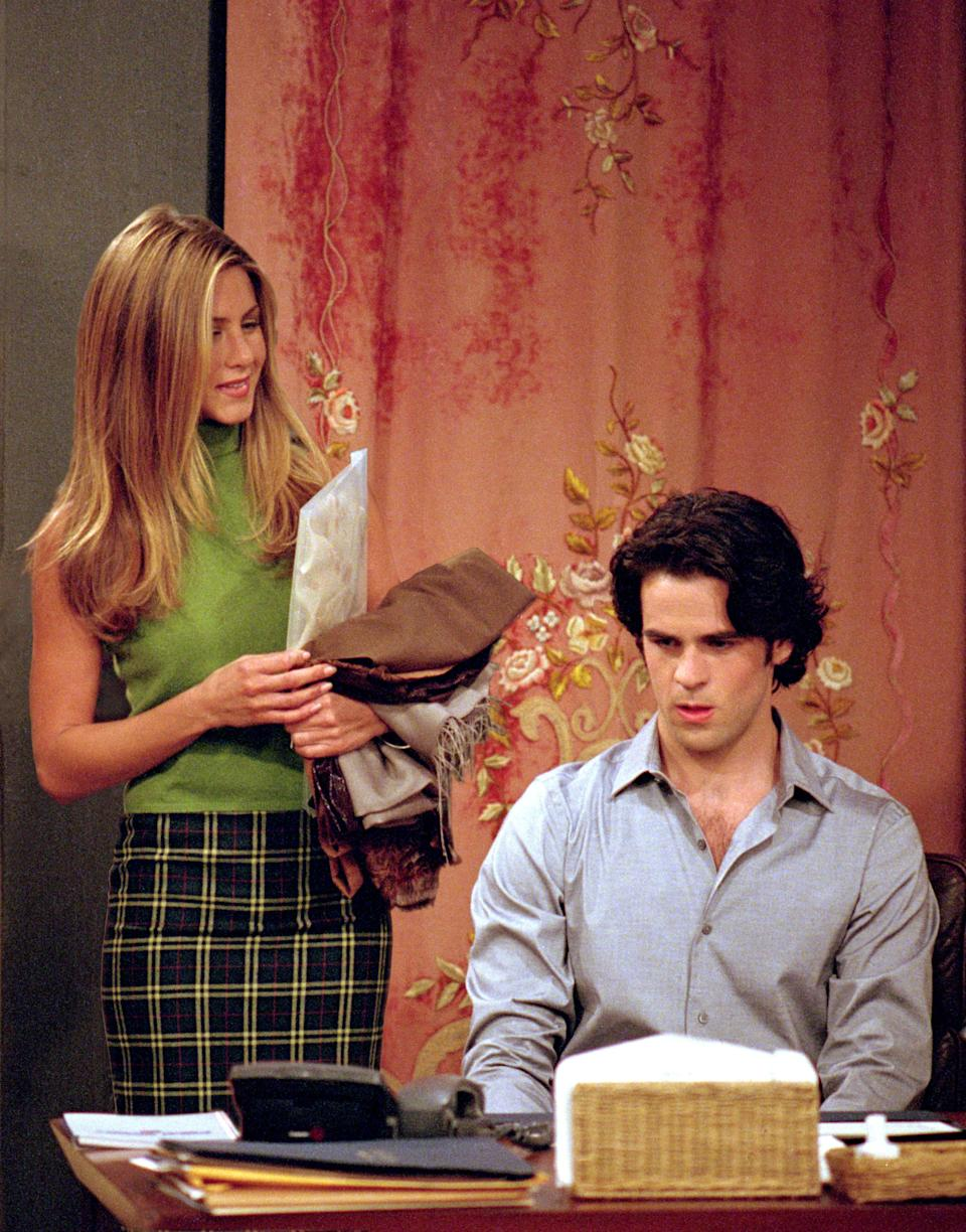 """<h1 class=""""title"""">Film Still / Publicity Stills from """"Friends"""" Jennifer Aniston, Eddie Cahill 10-26-2000 (Season 7) © 2000 Warner / NBC File Reference # 30846582THA For Editorial Use Only - All Rights Reserved</h1><cite class=""""credit"""">Photo: PictureLux / The Hollywood Archive /Alamy Stock Photo</cite>"""