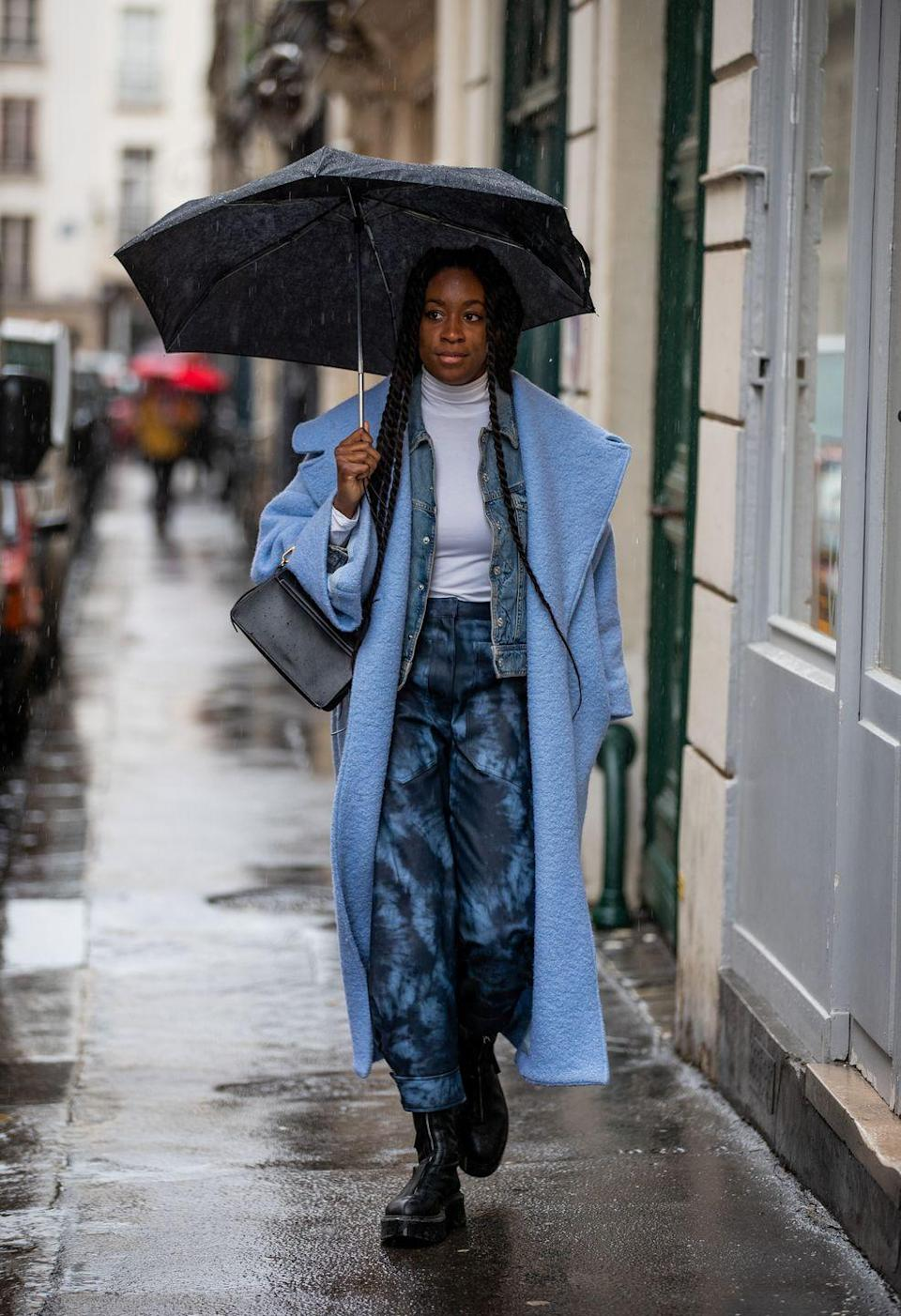 <p>On cold days, we don't always want to wear our full-on parka. For a more fashionable look, choose one of your chicest coats and add a denim jacket underneath. This layered look will add a special touch to your outfit.</p>