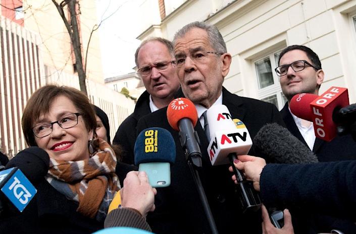 Alexander Van der Bellen, candidate for presidential election and his wife Doris Schmidauer (L) talk to journalists as they leave the polling station on December 4, 2016 (AFP Photo/JOE KLAMAR)
