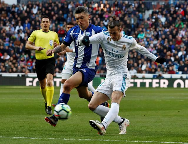 Soccer Football - La Liga Santander - Real Madrid vs Deportivo Alaves - Santiago Bernabeu, Madrid, Spain - February 24, 2018 Real Madrid's Gareth Bale in action with Alaves' Daniel Torres REUTERS/Juan Medina