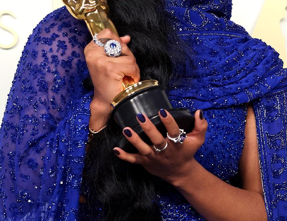 <p>H.E.R. just found our new favorite manicure shade - a midnight blue that glistened in the light and matched her outfit perfectly. Oh, and of course it looked <em>even better</em> next to her Oscar.</p>