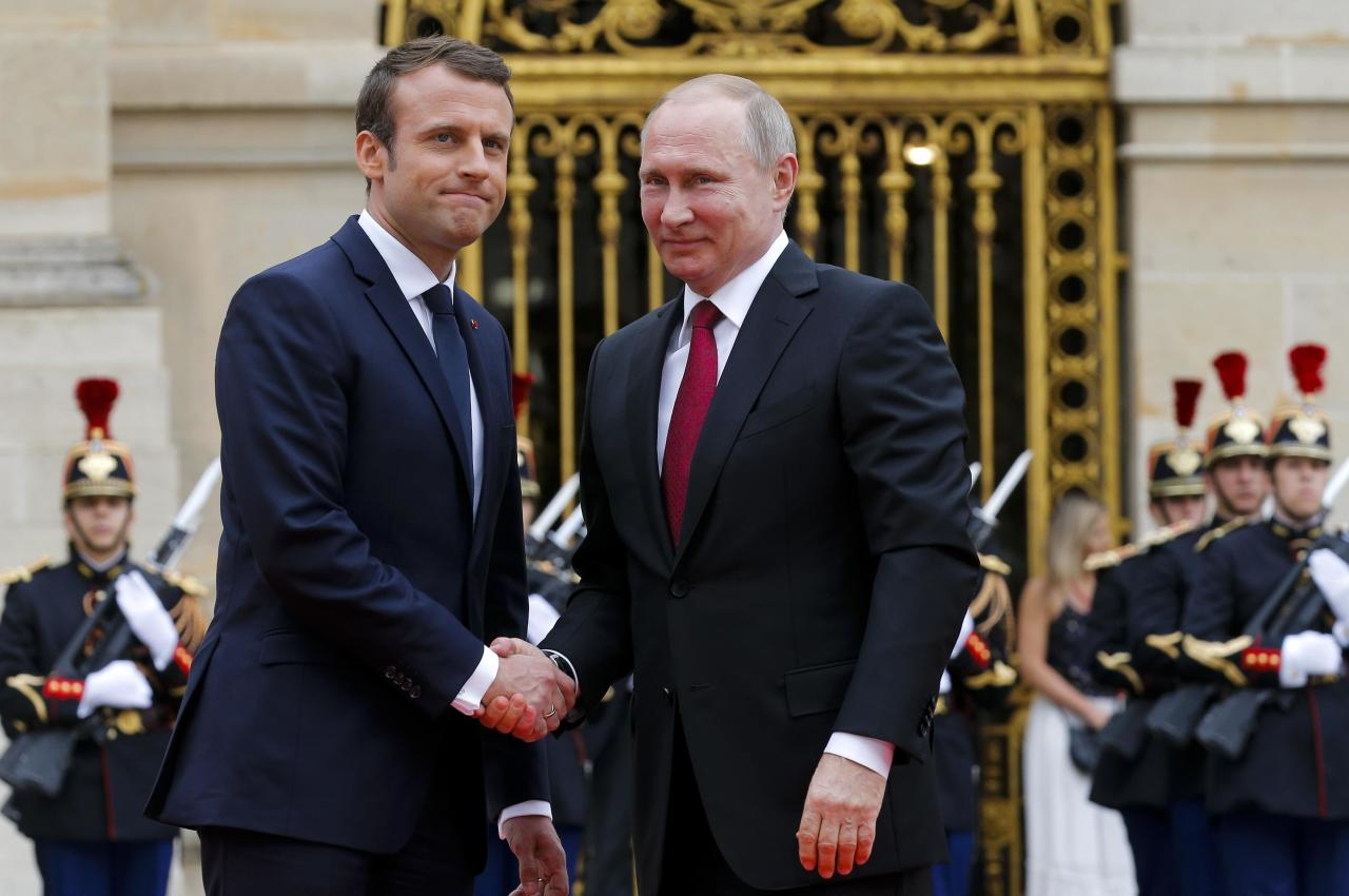 French President Emmanuel Macron (L) shakes hands with Russian President Vladimir Putin during a meeting at the Chateau de Versailles near Paris, France, May 29, 2017. REUTERS/Alexander Zemlianichenko/Pool
