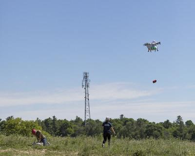 Sparrow Drone Releasing AED (Automated External Defibrillator) (CNW Group/Drone Delivery Canada)