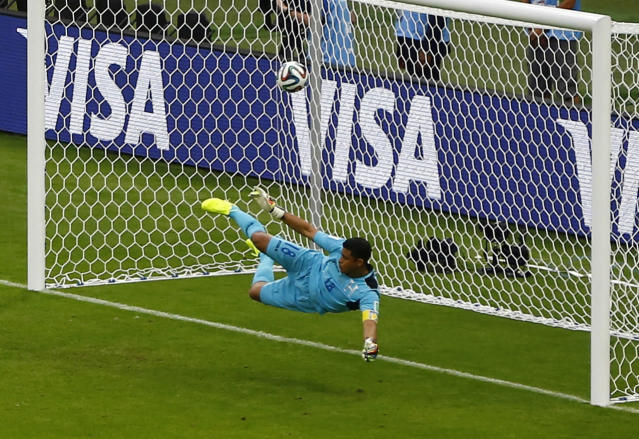 REFILE - CORRECTING GOAL SCORER Noel Valladares of Honduras fails to save a goal scored by France's Karim Benzema (not pictured) during a penalty kick during their 2014 World Cup Group E soccer match at the Beira Rio stadium in Porto Alegre, June 15, 2014. REUTERS/Marko Djurica (BRAZIL - Tags: SOCCER SPORT WORLD CUP)