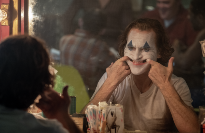 Joaquin Phoenix puts on a happy face as Arthur Fleck/Joker in 'Joker.' (Photo: DC/Warner Bros.)