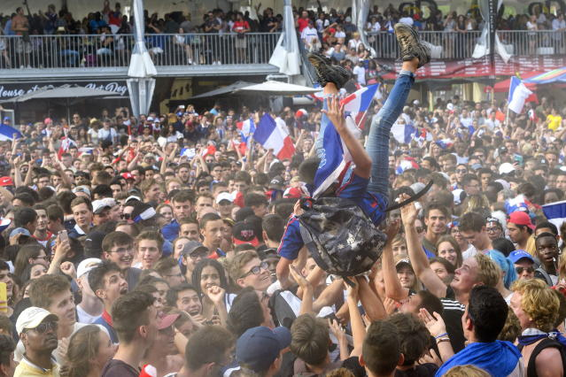 PHU30851 PUVI. Geneva (Switzerland Schweiz Suisse), 15/07/2018.- France supporters celebrate the victory of France national team, during a public viewing of the FIFA World Cup 2018 final soccer match between France and Croatia at the public viewing zone Plainpalais, in Geneva, Switzerland, 15 July 2018. (Croacia, Ginebra, Mundial de Fútbol, Suiza, Francia) EFE/EPA/MARTIAL TREZZINI