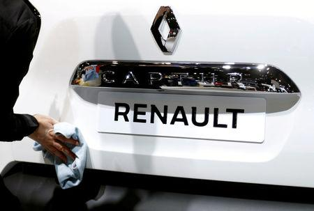 FILE PHOTO: A worker cleans a Renault Captur car at the European Motor Show in Brussels, Belgium, January 13, 2017. REUTERS/Francois Lenoir/File Photo