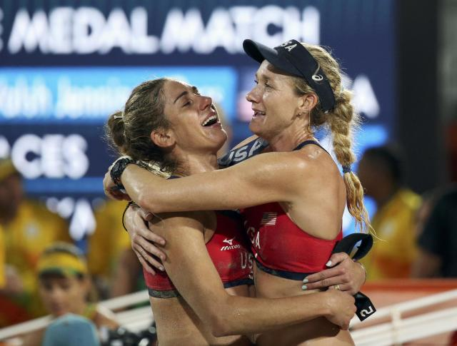 2016 Rio Olympics - Beach Volleyball - Women's Bronze Medal Match - Brazil v USA - Beach Volleyball Arena - Rio de Janeiro, Brazil - 17/08/2016. Kerri Walsh (USA) of USA and April Ross (USA) of USA celebrate winning the bronze. REUTERS/Tony Gentile FOR EDITORIAL USE ONLY. NOT FOR SALE FOR MARKETING OR ADVERTISING CAMPAIGNS.