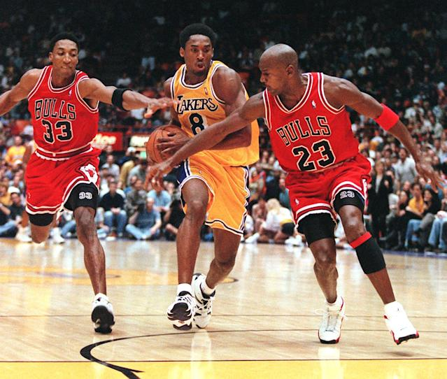 Scottie Pippen (L) and Michael Jordan of the Chicago Bulls try to stop Kobe Bryant of the Los Angeles Lakers (C) (Photo credit should read Vince Bucci/AFP/Getty Images)