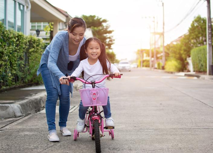 """""""Small comments can have a lasting impact on a child as they develop beliefs about their body image,"""" one clinical psychologist says. (Photo: seksan Mongkhonkhamsao via Getty Images)"""