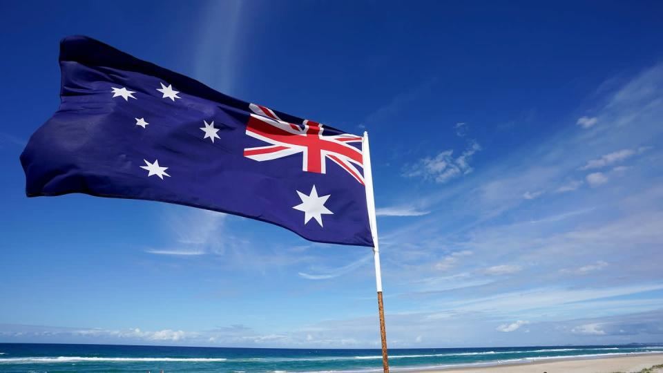 Eine australische Flagge weht am Main Beach in Gold Coast.