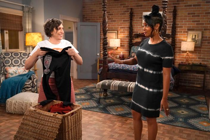 """Mayim Bialik and co-star Kyla Pratt star in a scene from """"Call Me Kat."""" (Photo: Lisa Rose/©Fox/Courtesy Everett Collection)"""