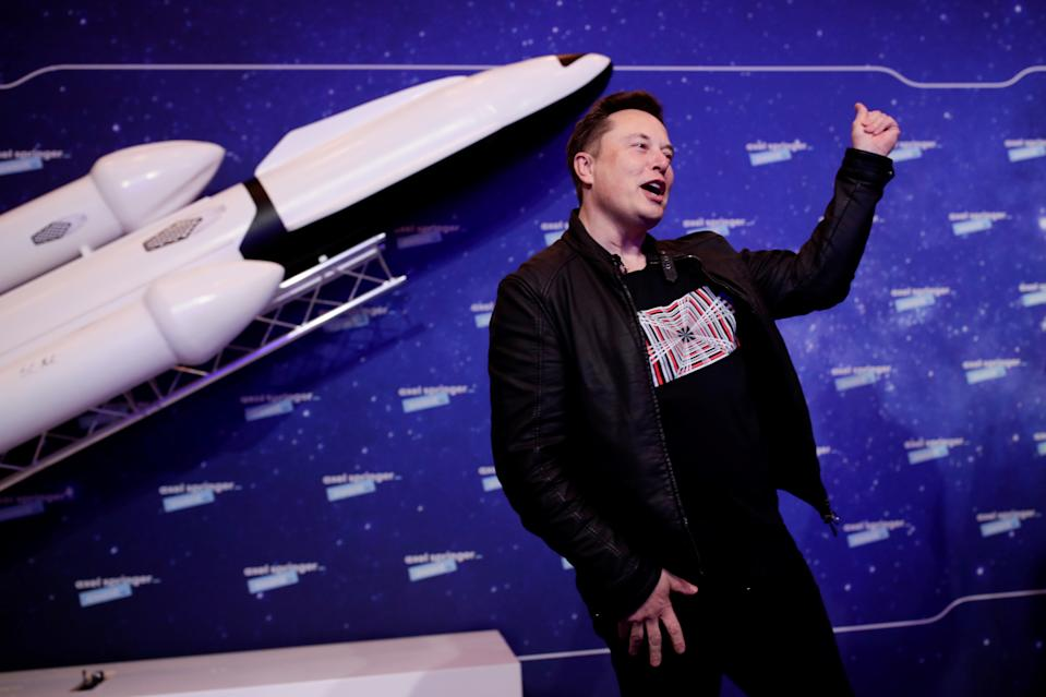 Pemilik SpaceX dan CEO Tesla Elon Musk memberi isyarat setelah tiba di karpet merah untuk penghargaan Axel Springer, di Berlin, Jerman, 1 Desember 2020. REUTERS / Hannibal Hanschke / Pool TPX IMAGES OF THE DAY