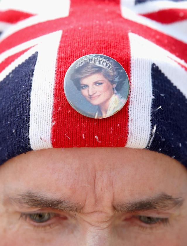 <p>Royalist John Loughrey wears a Princess Diana badge on his Union Jack hat as people pay tribute at the gates of Kensington Palace on the 20th anniversary of the death of Princess Diana at Kensington Palace on Aug. 31, 2017 in London, England. (Photo: Chris Jackson/Getty Images) </p>