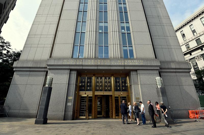 People line up to enter the US Federal Courthouse on August 1, 2014 in New York where they will continue with litigation into the Argentinian debt (AFP Photo/Stan Honda)