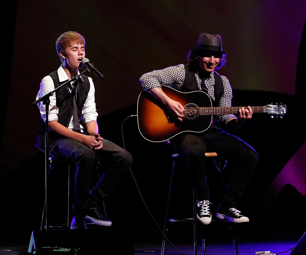 """During the show, J Biebs and guitarist Dan Kanter performed covers of Usher's tune """"U Got It Bad,"""" Matchbox 20's """"3 AM"""" and his own single """"Baby."""" Ben Rose/<a href=""""http://www.wireimage.com"""" target=""""new"""">WireImage.com</a> - September 17, 2011"""