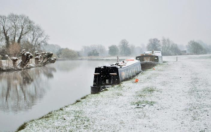 Early snowfall on the River Thames in Lechlade, Gloucestershire - Mark Eburne/Solent News & Photo Agency