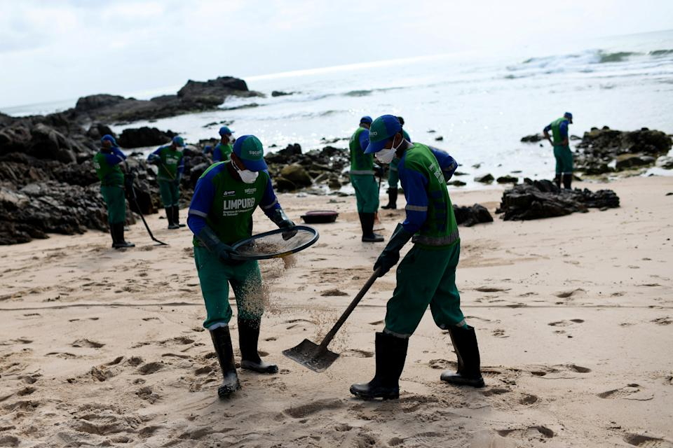 Municipal employees work to remove an oil spill on Pedra do Sal beach at Itapua neighborhood in Salvador, Bahia state, Brazil October 23, 2019. REUTERS/Lucas Landau