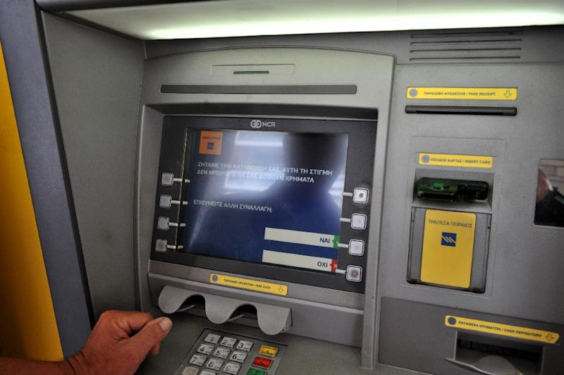 """An ATM machine displays a message which translates as """"Withdrawals are not currently possible"""" at a bank in Thessaloniki on June 27, 2015 (AFP Photo/Sakis Mitrolidis)"""