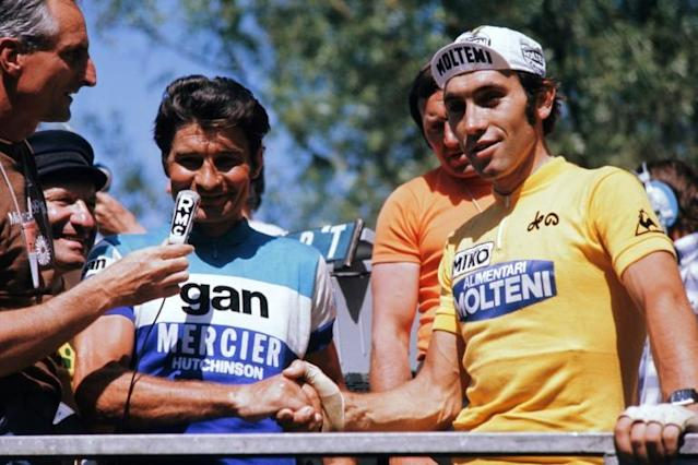 Raymond Poulidor shakes hands with his eternal rival Eddy Merckx during the 1974 Tour de France (AFP Photo/-)