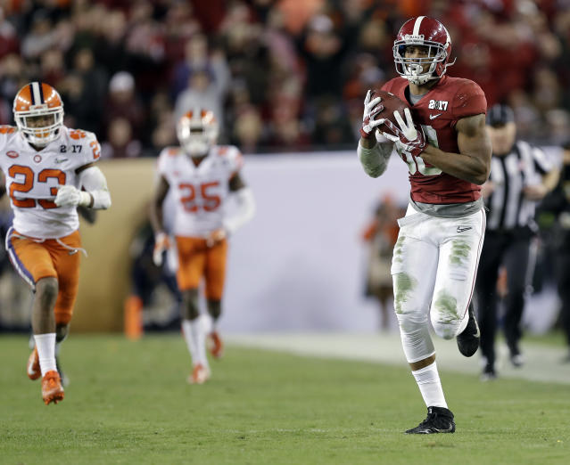 Alabama's O.J. Howard catches a touchdown pass during the second half of the NCAA college football playoff championship game Monday, Jan. 9, 2017, in Tampa, Fla. (AP Photo/Chris O'Meara)