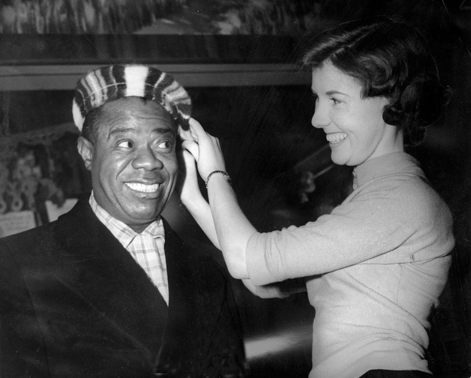 <p>Just days before Christmas, Louis Armstrong picks up a festive wool beret in Glasgow, Scotland. The jazz musician completed his European tour just in time to make it home to the U.S. for the holidays. </p>