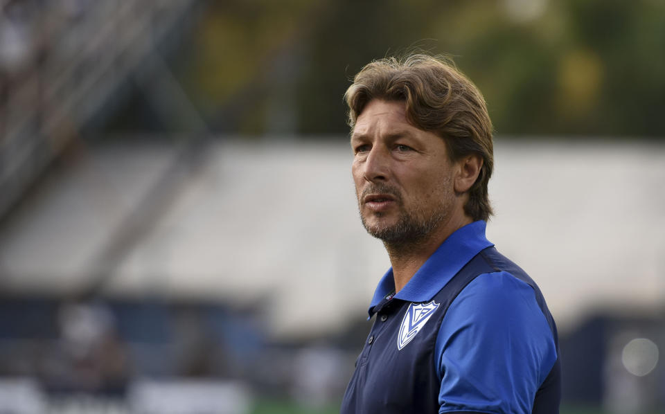 LA PLATA, ARGENTINA - JANUARY 24:  Gabriel Heinze coach of Velez Sarsfield looks on before a match between Gimnasia y Esgrima La Plata and Velez as part of Superliga 2019/20 at Juan Carmelo Zerillo Stadium on January 24, 2020 in La Plata, Argentina. (Photo by Marcelo Endelli/Getty Images)