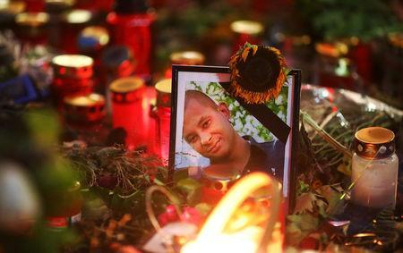 Candles and flowers are seen at the crime scene where a German man was stabbed in Chemnitz, Germany, August 31, 2018. REUTERS/Hannibal Hanschke