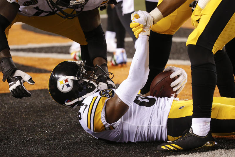 Pittsburgh Steelers wide receiver Antonio Brown celebrates his touchdown with his teammates in the second half of an NFL football game against the Cincinnati Bengals, Monday, Dec. 4, 2017, in Cincinnati. (AP Photo/Frank Victores)