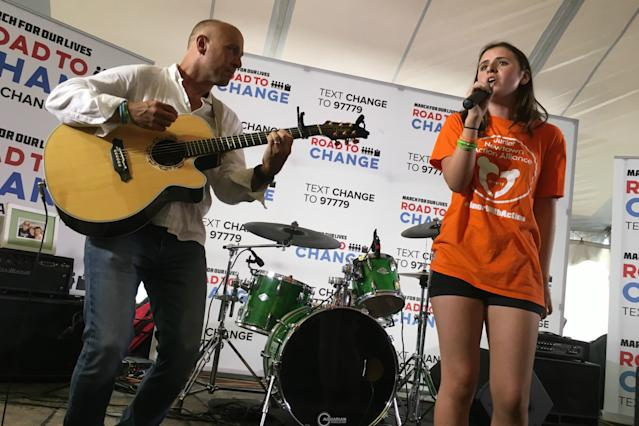 Mark and Natalie Barden perform at the March for Our Lives: Road to Change rally in Newtown, Conn. (Dylan Stableford/Yahoo News)