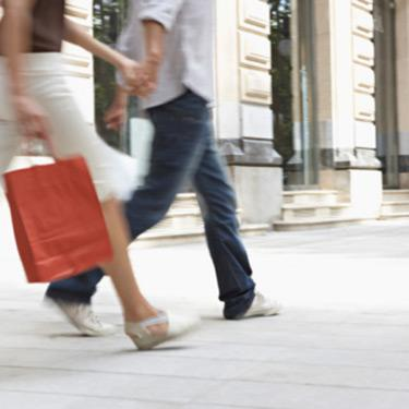 Couple-with-shopping-bags_web