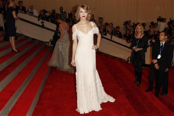 "Singer Taylor Swift arrives at the Metropolitan Museum of Art Costume Institute Benefit celebrating the opening of ""American Woman: Fashioning a National Identity"" in New York May 3, 2010."