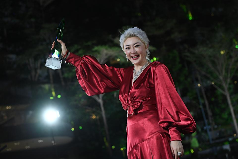 Quan Yi Feng with her Best Programme Host Award at Star Awards 2021 held at Changi Airport and the Jewel Changi mall on 18 April 2021. (Photo: Mediacorp)