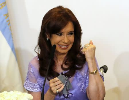 Argentina's President Cristina Fernandez de Kirchner gestures during a meeting with governors in Casa Rosada government house in Buenos Aires January 30, 2015.  REUTERS/Enrique Marcarian