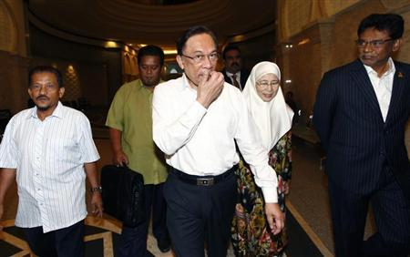 Malaysian opposition leader Anwar Ibrahim (C) and his wife Wan Azizah arrive at a court house in Putrajaya March 7, 2014. REUTERS/Samsul Said