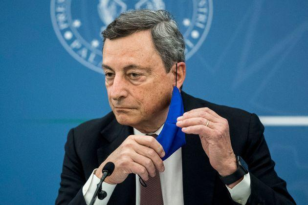 Italian Prime Minister Mario Draghi removes his face mask during a press conference with Italy's Justice Minister and Italy's Health Minister (unseen) at the Multifunctional Hall of the Presidency of the Council, in Rome, on July 22, 2021. (Photo by Roberto MONALDO / POOL / AFP) (Photo by ROBERTO MONALDO/POOL/AFP via Getty Images) (Photo: ROBERTO MONALDO via Getty Images)