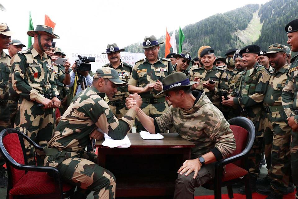"""<div class=""""paragraphs""""><p>Akshay Kumar and a jawan engage in a claw fight. </p></div>"""