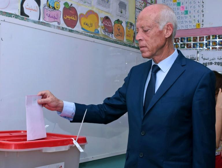 Presidential candidate Kais Saied casts his ballot at a polling station in Tunis on September 15, 2019 (AFP Photo/HASNA)