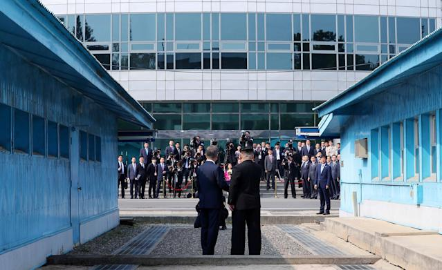 <p>South Korean President Moon Jae-in and North Korean leader Kim Jong Un face the media at the truce village of Panmunjom inside the demilitarized zone separating the two Koreas, South Korea, April 27, 2018. (Photo: Korea Summit Press Pool/Pool via Reuters/Reuters) </p>