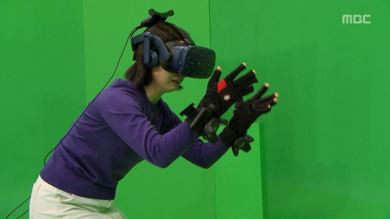 But in the real world, Jang was standing in front of a studio green screen, wearing a virtual reality headset and touch-sensitive gloves
