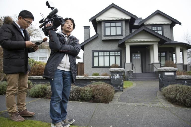 Journalistes outside the Vancouver home of Huawei executive Meng Wanzhou on December 12, 2018